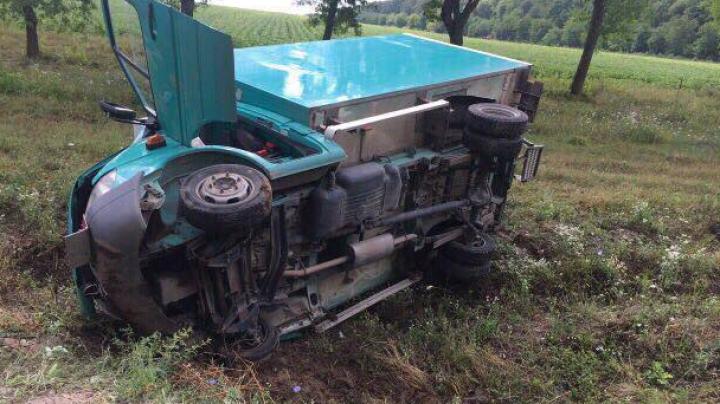 ACCIDENT în raionul Edineţ. Un autocamion s-a răsturnat în şanţ, după ce şoferul a adormit la volan (FOTO)