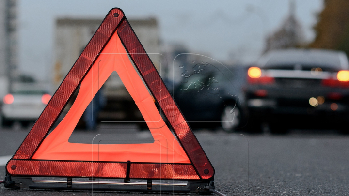 Accident matinal pe strada Calea Basarabiei din Capitală. Două maşini s-au ciocnit violent (FOTO)