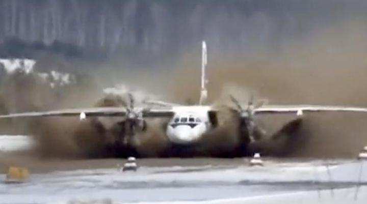 AEROPORT ÎNCHIS pentru că s-a transformat în lac. Sute de turiști, BLOCAŢI în oraș
