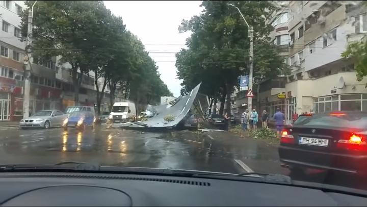 România, lovită de furtuni puternice. Zeci de persoane rănite, copaci doborâţi şi maşini avariate