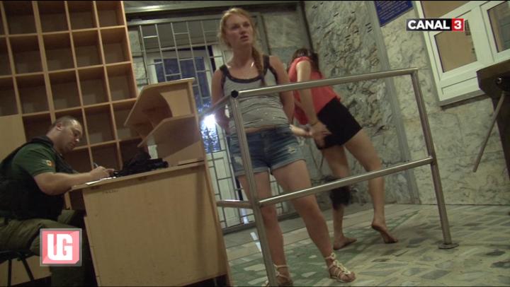 CHERCHELITE şi VULGARE, două tinere S-AU DAT ÎN SPECTACOL la poliţie (VIDEO)