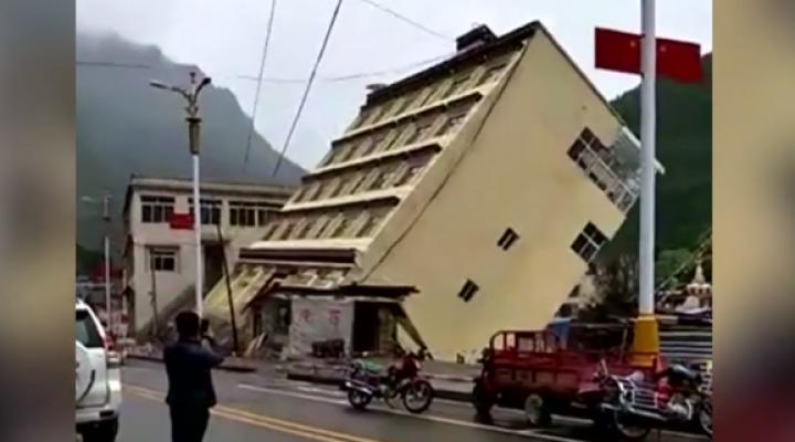 O clădire cu patru etaje s-a năruit în doar cinci secunde (IMAGINI APOCALIPTICE)