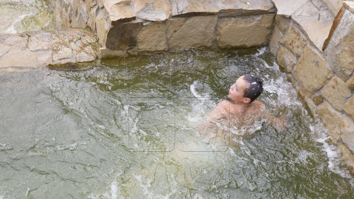 Fac baie în fântâna lui Chirtoacă. Doi băieţi, surprinşi scăldându-se în apa din Scara Cascadelor (FOTO)