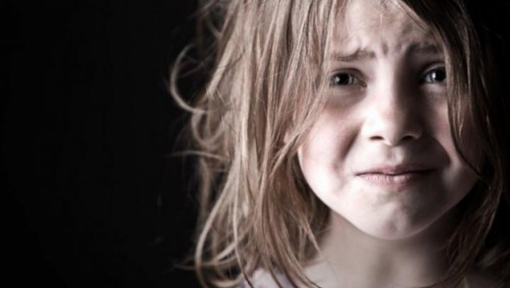 O fetiță de șase ani s-a trezit cu un tânăr în patul ei. Ce a pățit este de-a dreptul șocant