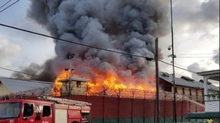 Incendiu devastator la o închisoare din Guyana. Un gardian şi-a pierdut viaţa (VIDEO CU DRONA)
