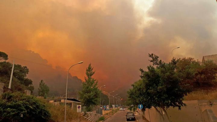 Incendiile au pus stăpânire pe Sicilia. Pompierii s-au confruntat cu peste  500 de focare (FOTO)