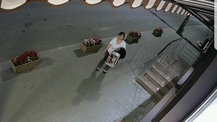 Gest ruşinos! Femeie surprinsă de o cameră de supraveghere cum rupe florile de lângă o casă din Capitală (VIDEO)