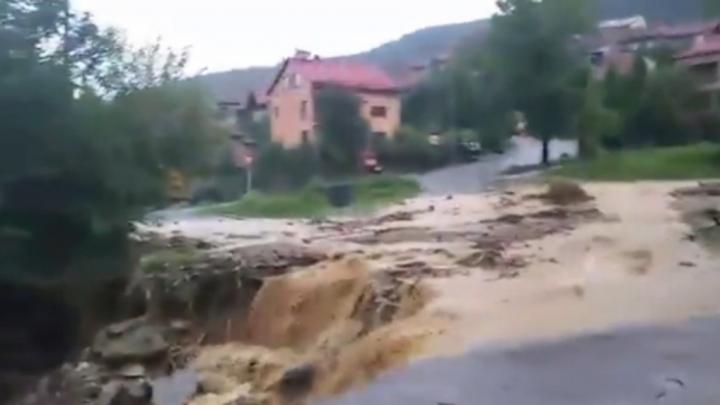 Furtuni puternice în România. Sinaia, inundată de ploi (VIDEO)