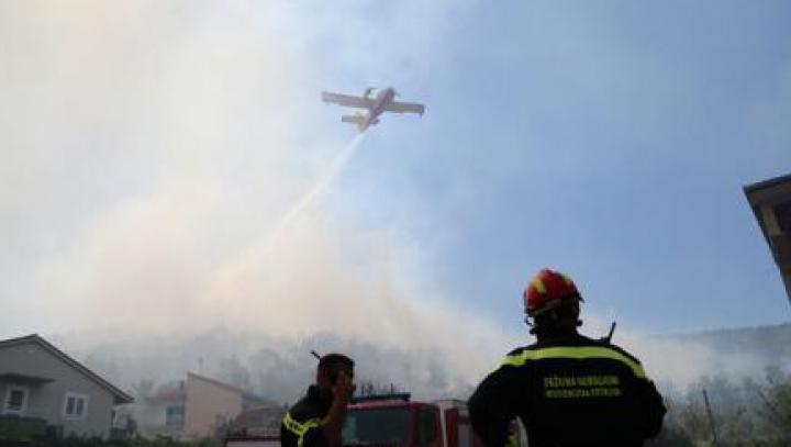 Croația: Incendii majore de vegetație în zona coastei Mării Adriatice. Zeci de persoane, rănite