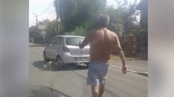 Scene ireale. Un bărbat a legat câinele de portbagajul mașinii și l-a târâit după el (VIDEO)