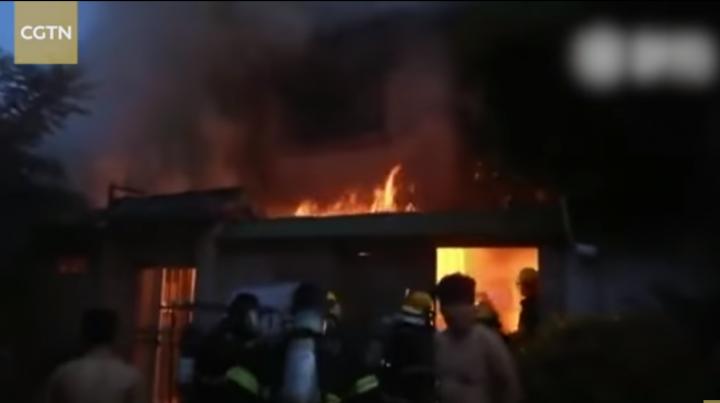 Incendiu DEVASTATOR într-o clădire rezidenţială. Cel puţin 22 de oameni şi-au pierdut viaţa (VIDEO)