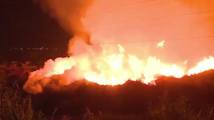 Incendiul care a mistuit peste patru mii de metri cubi de crengi nu se dă bătut. Fumul devine un real pericol de intoxicare