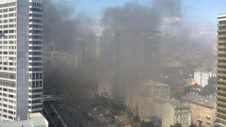 Incendiu puternic în centrul Moscovei: Un zgârie-nori, cuprins de flăcări