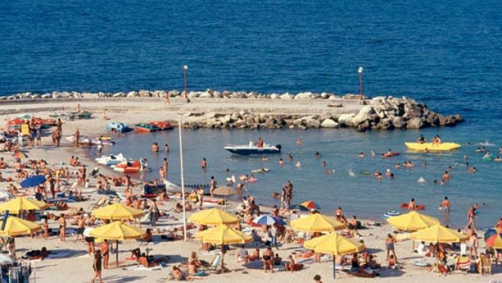 ATENŢIE, dacă mergeţi la mare! Vânt puternic și valuri de 2 metri pe litoralul românesc (VIDEO)