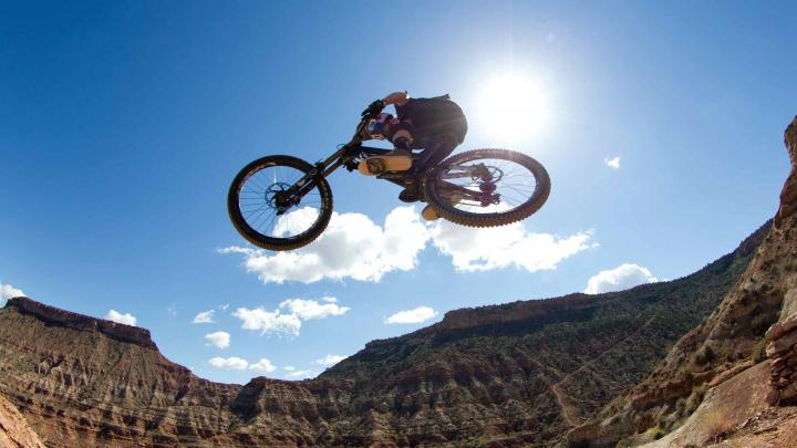 Ciclistul canadian, Brandon Semenuk a reuşit să-şi impresioneze fanii printr-o nouă cursă de freestyle mountain bike