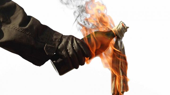 Caz ȘOCANT într-un sat din Ștefan-Vodă. Un tânăr a fost speriat cu cocktail-uri molotov