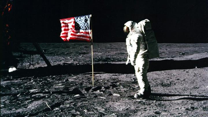 Geanta care a călătorit cu Neil Armstrong pe lună scoasă la licitaţie. Cu cât urmează să se vândă