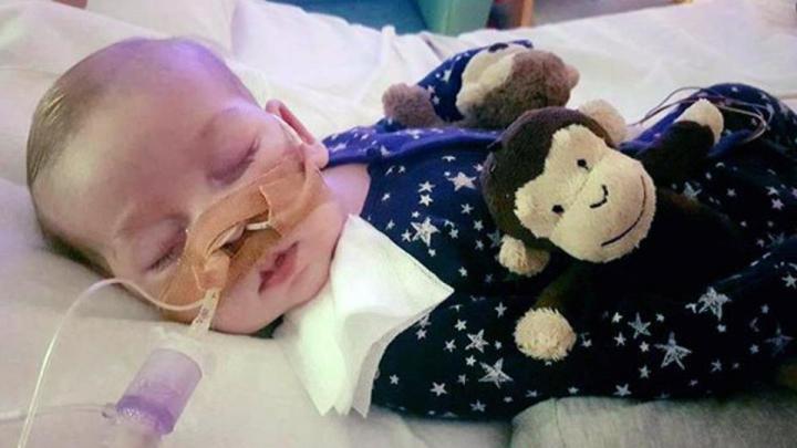Deznodământ dramatic în cazul bebelușului Charlie. Părinții au pierdut lupta pentru viața micițului