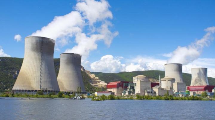 Franţa intenţionează să închidă 17 reactoare nucleare