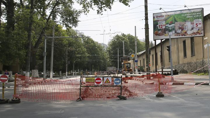 Haos pe strada Vasile Lupu. Zeci de șoferi au făcut cale întoarsă, alţii au sfidat regulile, circulând pe trotuar (FOTO)