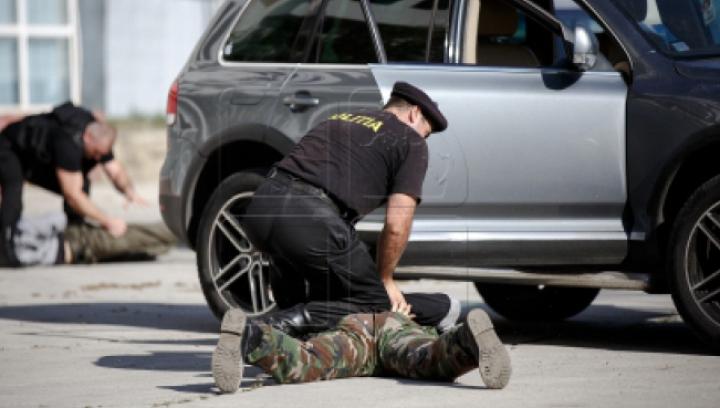 Doi polițiști, încătuşaţi de ofițerii SPIA. Riscă până la 15 ani de închisoare