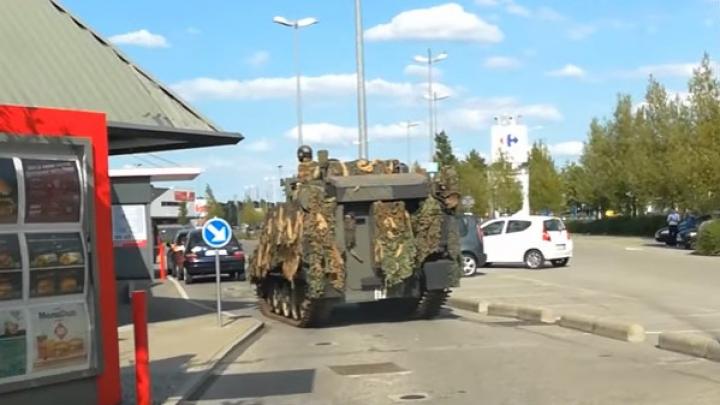 Au fost cu tancul la fast food. Imaginile au fost surprinse în Bruxelles (VIDEO)
