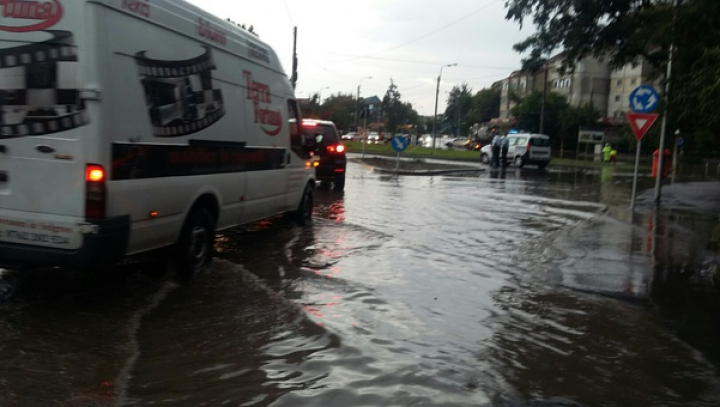 PLOI TORENŢIALE la Galaţi. Maşini luate de apă şi străzi inundate (FOTO)