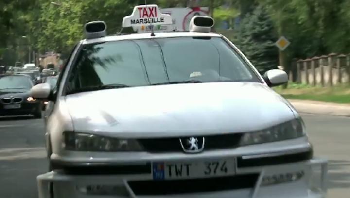 EXACT CA ÎN FILM! Un taxi Marseilles, pe străzile din Chişinău. Cui îi aparţine (VIDEO)