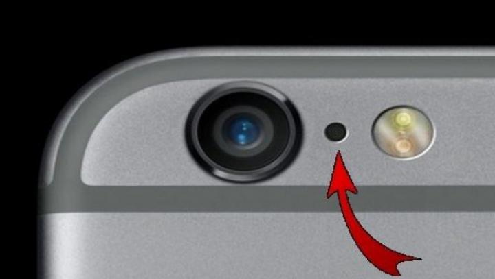 Motivul pentru care unele telefoane au un orificiu mic lângă camera foto