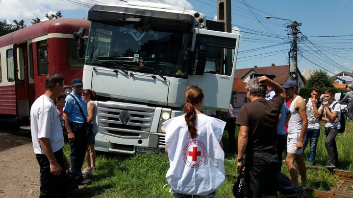 Un TIR înmatriculat în Ucraina a fost lovit de un tren în România (FOTO/VIDEO)