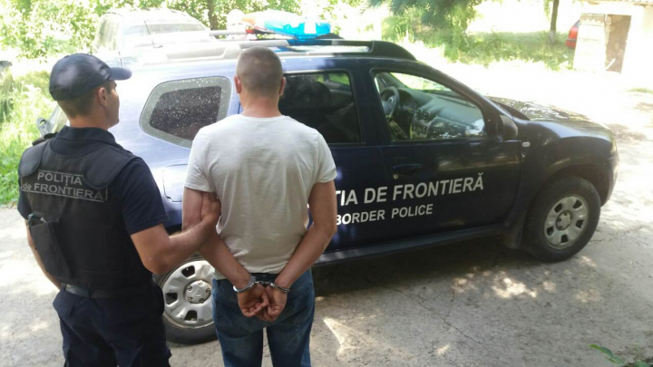 Un bărbat din Edineţ s-a dat în spectacol în faţa poliţiştilor de frontieră, vorbindu-le vulgar şi agresându-i (FOTO)
