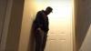 Reacția INCREDIBILĂ a unui tânăr după ce își găsește iubita și cel mai bun prieten în pat (VIDEO)