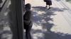 Un tânăr care a luat banii uitaţi de o femeie la bancomat i-a întors înapoi după ce s-a văzut la televizor (VIDEO)