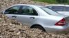 Alunecări de teren abundente! Două mașini acoperite parțial de pietriș (VIDEO)