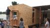 GEST IMPRESIONANT al unui bărbat! Construieşte case pentru persoanele care trăiesc pe străzi
