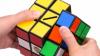 I-A UIMIT PE TOŢI! Un băiat a reușit să rezolve trei cuburi Rubik simultan