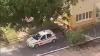 Bătaie în plină stradă! Un poliţist în uniformă a fost filmat în timp ce îşi agresa soţia în curtea Ambulanței