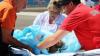 O fetiţă de doar doi ani a fost transportată cu un elicopter SMURD, după ce A CĂZUT într-un vas cu lichid fierbinte