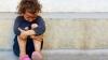 Sute de copii trăiesc după regulile străzii: Cerşesc, fură şi se droghează. Ce întreprind autoritățile pentru a-i ajuta
