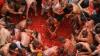Un veritabil război cu roșii în Buniol. Bătăușii s-au distrat pe cinste și s-au murdărit din cap până-n picioare