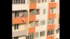 La nimeni ca la moldoveni! Muncitorii aruncă saci cu moloz de la ETAJUL ŞASE al unui bloc de locuinţe (VIDEO)