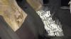 Tentativă de contrabandă la vamă. O armă pneumatică și 7.000 de țigări au fost identificate de către polițiști