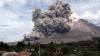 Aruncă lavă fierbinte și împrăștie nori de cenușă. Mii de oameni, evacuaţi din cauza eruperii vulcanului Sumatra