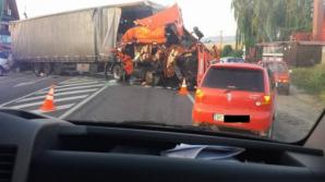 Accident cumplit. Trei persoane rănite după ce un TIR s-a lovit cu o furgonetă