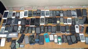 Percheziţii la penitenciar. Pe lângă 81 de telefoane mobile, 40 de litri de alcool, ofiţerii au găsit şi doi organizatori ai unui omor