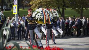 Coroane de flori la monumentul lui Ștefan cel Mare şi Maica Îndurerată de Ziua Independenţei (FOTOREPORT)