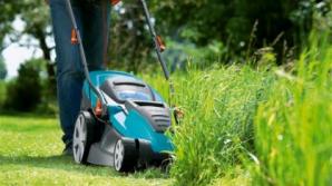 Cursă bizară în localitatea engleză Five Oaks. 51 de echipe au concurat într-o cursă a mașinilor de tuns iarba