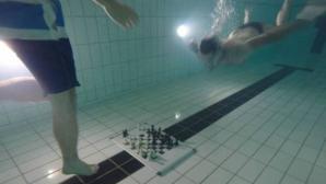 COMPETIŢIE INEDITĂ! Participanţii au jucat şah... subacvatic