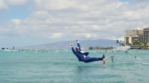 Competiţie AMUZANTĂ pe plaja Waikiki. Concurenţii au făcut surfing cu plăci improvizate
