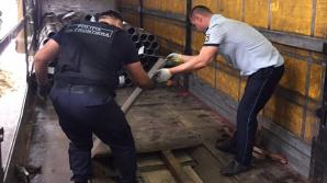 120 mii de țigarete, ascunse în podeaua dublă a unui camion ce transporta ţevi metalice (VIDEO)